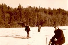 Johan Sørensen kolber (fisker) på isen. Ca. 1952